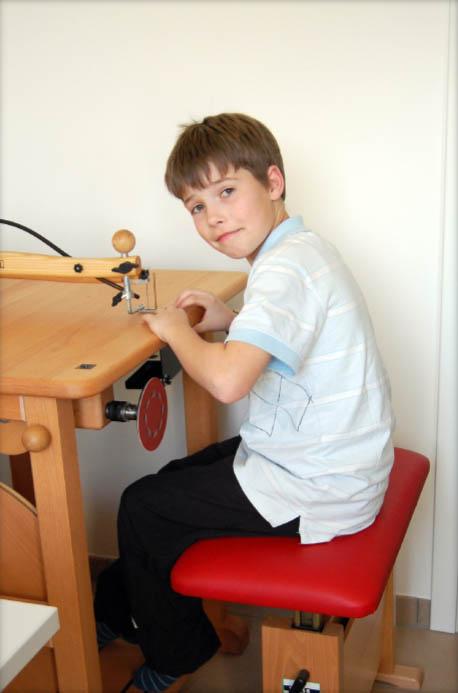 In der Werkstatt, können Jung und Alt motorische Fähigkeiten verbessern